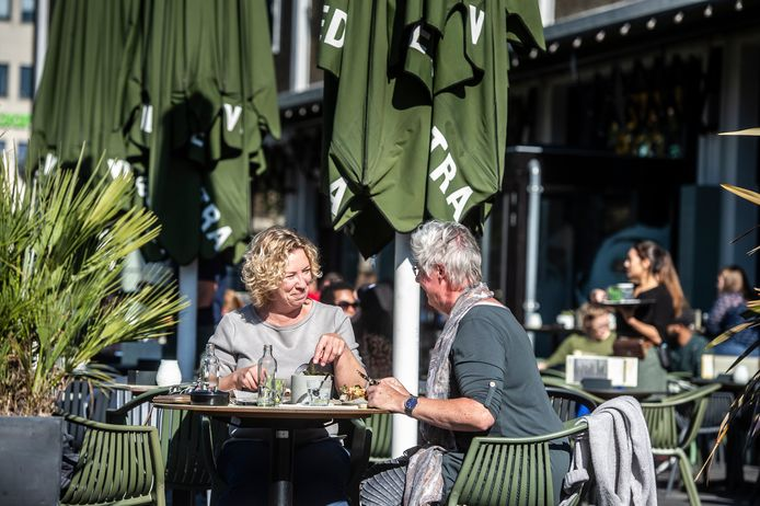 Ook in de winter moeten Arnhemse horecabezoekers er warmpjes bij kunnen zitten op het terras, als het even kan dankzij duurzame verwarming.
