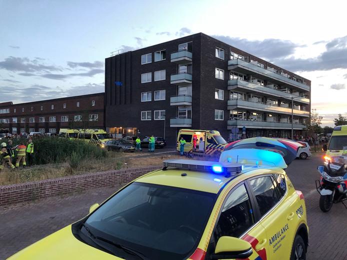 Hulpdiensten bij de flat in Schuytgraaf na de explosie.