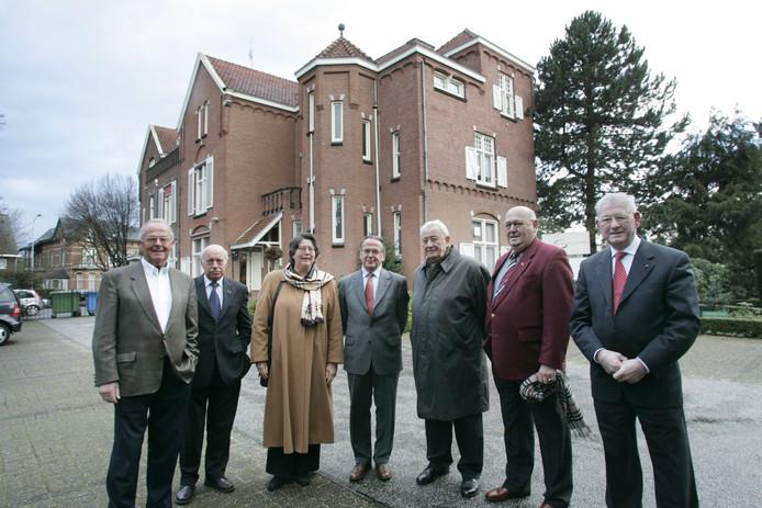 Jan Berkhout (helemaal links) bij een bijeenkomst met oud-burgemeesters. Vierde van links Wim van Elk.