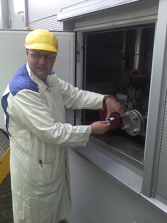 Een medewerker van Aspen Pharmacare sluit de ammoniaktank.