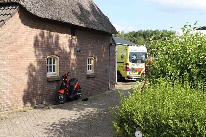 Brommer knalt tegen auto in Schijndel