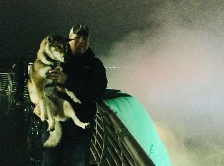 De burgemeester en zijn hond Mura bij de Niagra Falls.