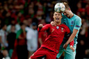 Matthijs de Ligt in duel met Cristiano Ronaldo.