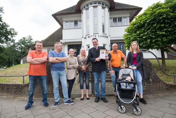 De actievoerders voor het behoud van de naam Witte school in Arnhem, met in het midden Constant Kusters.