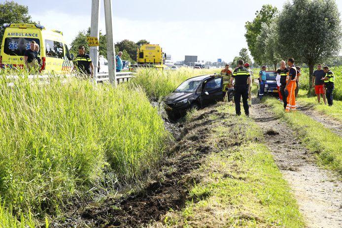 De automobilist werd gelanceerd en belandde aan de andere kant van de vangrail in de berm langs de A28 bij Wezep.