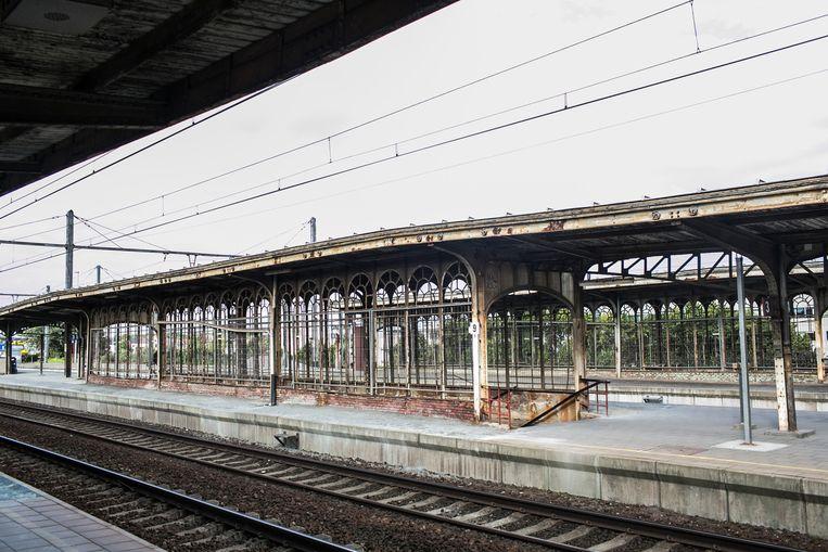 Onder meer de perrons van het station van Vilvoorde liggen er al jaar en dag verloederd en verroest bij.