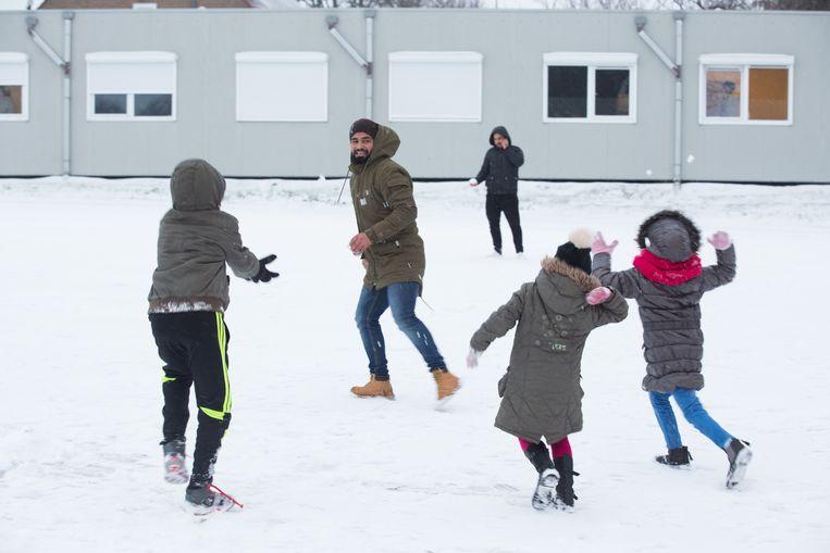 Eerste sneeuw voor bewoners Fedasil Sint-Truiden