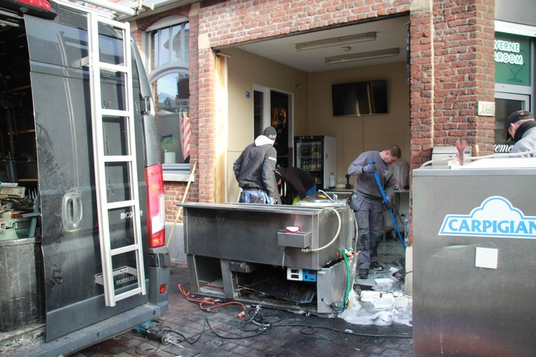 De eigenaar startte meteen met de opruimwerken. Hij wil de zaak zaterdag graag weer openen.