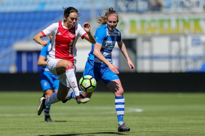 Yvette van Daelen in een loopduel met Marjolijn van den Bighelaar (Ajax). De verdedigster blijft voor PEC Zwolle spelen.