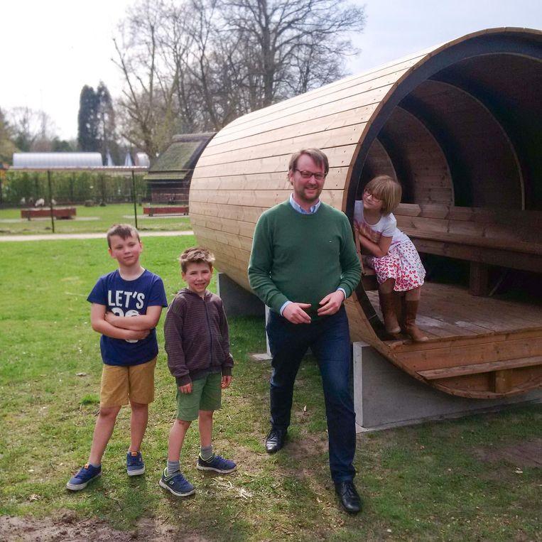 Schepen Niels de Kort en enkele kinderen bij de speelton.