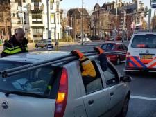 Inzittenden auto vervoeren bouwmateriaal op 'creatieve' manier door Arnhem: 'Echt onveilig'
