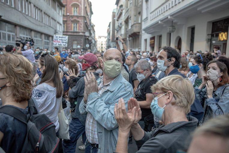 Betogers bij de bezette universiteit voor Theater- en Filmkunst in Boedapest. 'We worden overgenomen met leugens, propaganda en manipulatie. Ik ben verbijsterd dat zoiets kan binnen de Europese Unie.' Beeld Akos Stiller