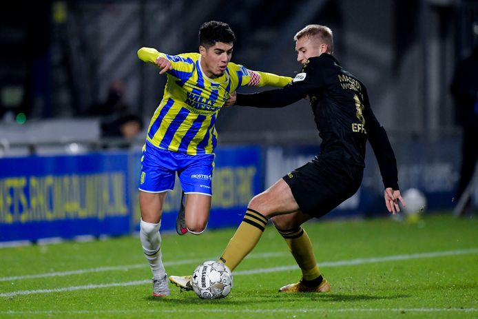 Anas Tahiri (l) komt zijn vriend Ahmed El Messaoudi tegen. De huidige topschutter van FC Groningen is op dezelfde academie van Lierse opgeleid.