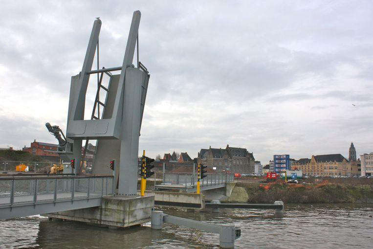 De nieuwe beweegbare fiets- en voetgangersbrug. De stad zoekt een uitbater.