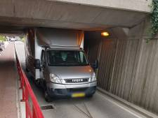 Vrachtwagen rijdt zich vast onder viaduct Borne