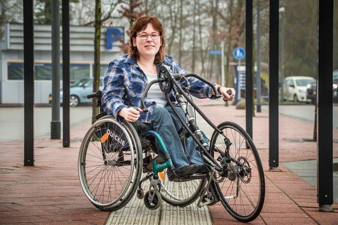 Kitty Verbeek met haar handbike.