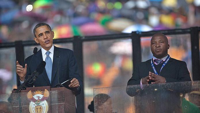 Thamsanqa Jantjie (r) was ingehuurd om de speech van Obama tijdens de herdenkingsdienst van Mandela te vertolken voor doven.