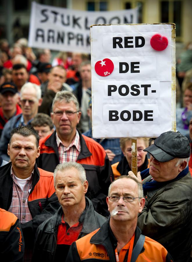Verhagen treedt in 2012 aan als werknemers al geruime tijd op de barricaden staan. Hier een staking van postbodes in Rotterdam eind 2010.