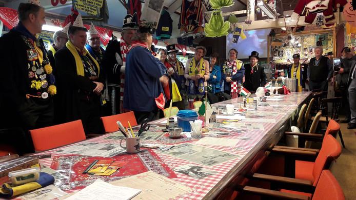 Commissaris Wim van den Donk (aan het eind van de tafel) tijdens zijn bezoek aan de carnavalsexpo in Oudenbosch.