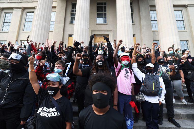 Demonstranten voor het gemeentehuis van Louisville. Beeld Getty Images