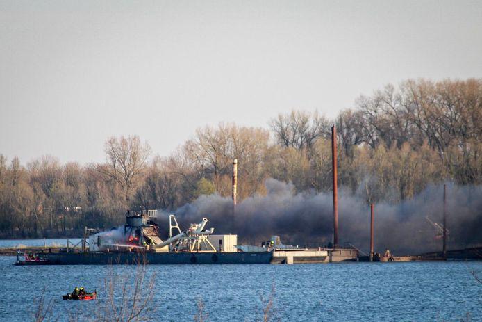 Een zandzuiger is vermoedelijk in brand gestoken bij Giesbeek. Het zorgde voor veel rookontwikkeling.