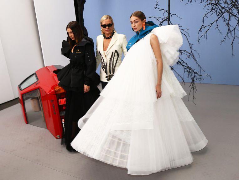 Bella, Yolanda en Gigi Hadid backstage op de Modeweek in Parijs.