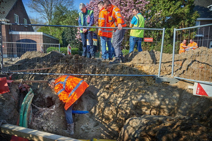 René Isarin, de archeologische adviseur van de gemeente, neemt een kijkje op de plek waar een bouwvakker stuitte op de oude grafkist.