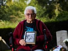 Lenie (93) uit Zutphen zag neergeschoten Nieuw-Zeelandse piloot één keer, 76 jaar later verzorgt ze nog steeds zijn graf