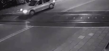 Inzittenden auto ontsnappen aan dood na missen slagboom