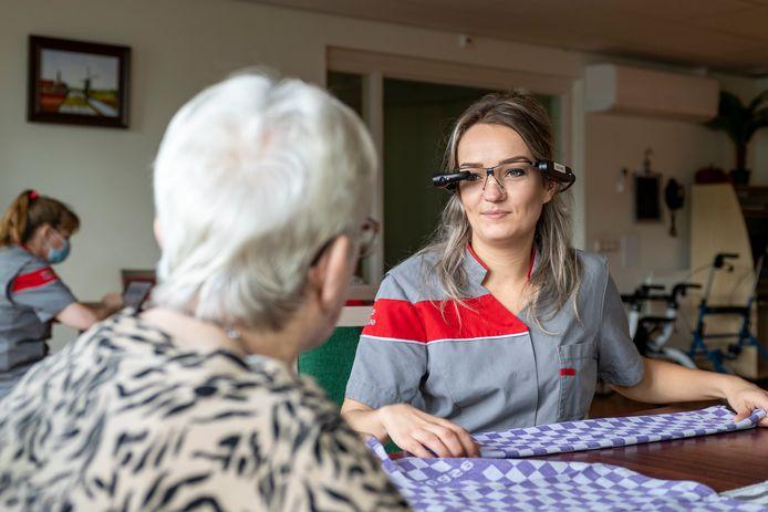 Desiree Dons, leerling bij tanteLouise die met een Google Glass werkt en zo haar examen heeft weten af te leggen.