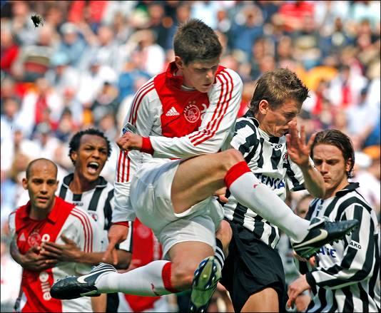 Klaas-Jan Huntelaar in actie tegen Heracles Almelo op 20 april 2008.