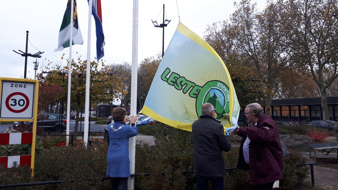 De vlag van de Leste Mert gaat omhoog.