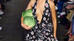 Van een krop sla tot een bezemsteel: de meest bizarre accessoires op Fashion Week