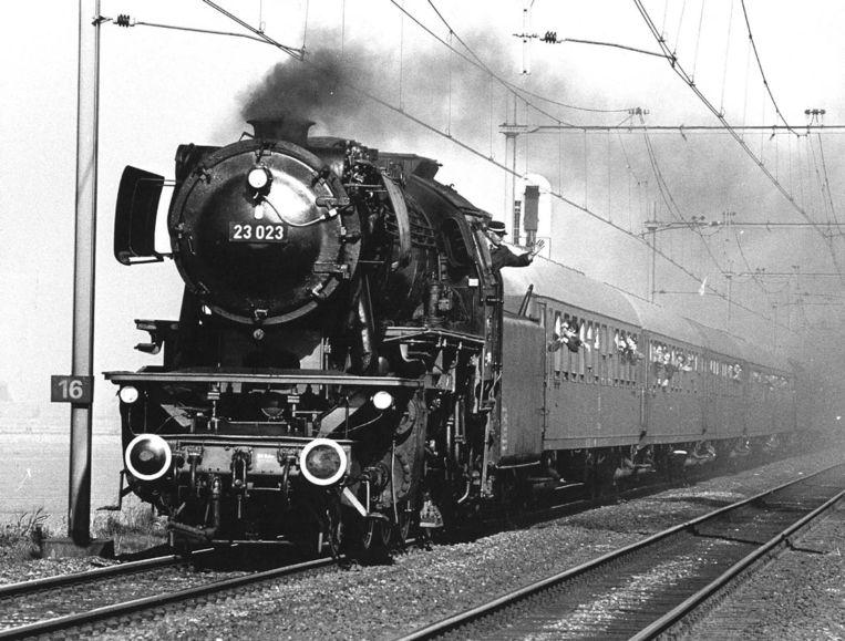 Een trein komt aan bij Hoek van Holland. Beeld null