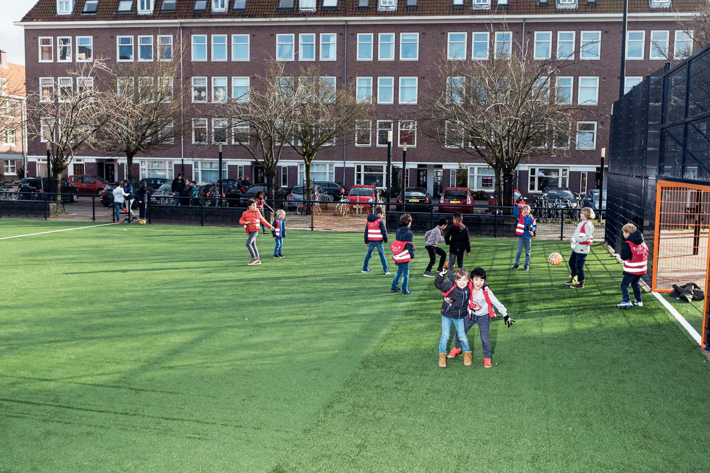 Het Cruyff Court op het Balboaplein, genoemd naar Frank Rijkaard en Ruud Gullit.