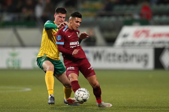 Navarone Foor (rechts) speelde op 1 februari nog in de eredivisie met Vitesse tegen ADO (0-0), maar vertrok maandag nog naar Al-Ittihad Kalba uit de Verenigde Arabische Emiraten.