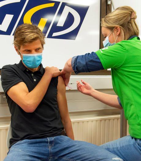 De eerste GGD-vaccinatie in West-Brabant is gezet: 'Ik ben vereerd', zegt verpleegkundige Barry