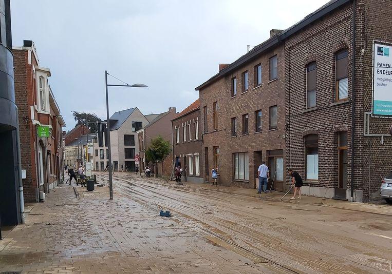 Na het water kunnen ze alleen nog modder ruimen, hier in de Tiensestraat
