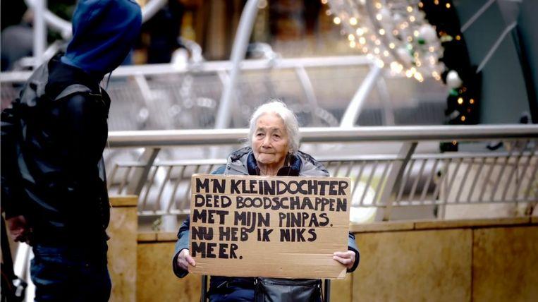 Beeld uit de campagne tegen financieel misbruik van ouderen van het ministerie van VWS. Beeld Ministerie VWS / Publicis
