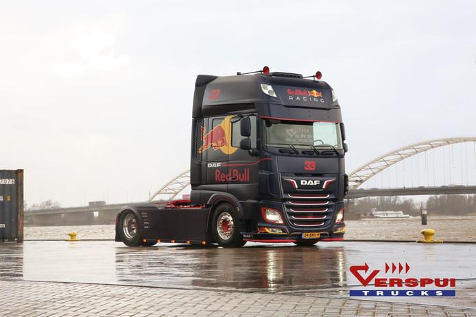 Verspui Trucks brengt twee vrachtwagens op de markt, compleet uitgevoerd in de kleuren van de F1-bolide van 'Max'.