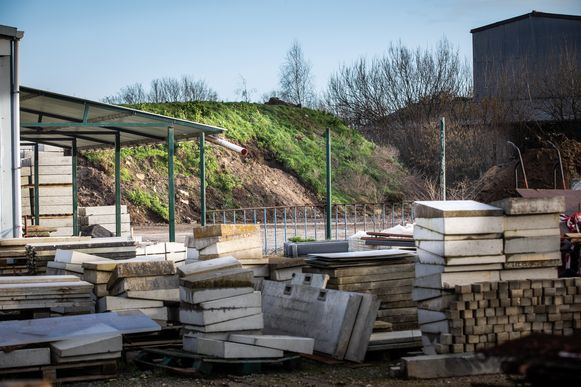 De uitgegraven grond, ongeveer 10.000 ton, van onder andere de Grote Markt wordt tijdelijk gestockeerd op de opslagplaats van het Stadswerkhuis in de Rellestraat.