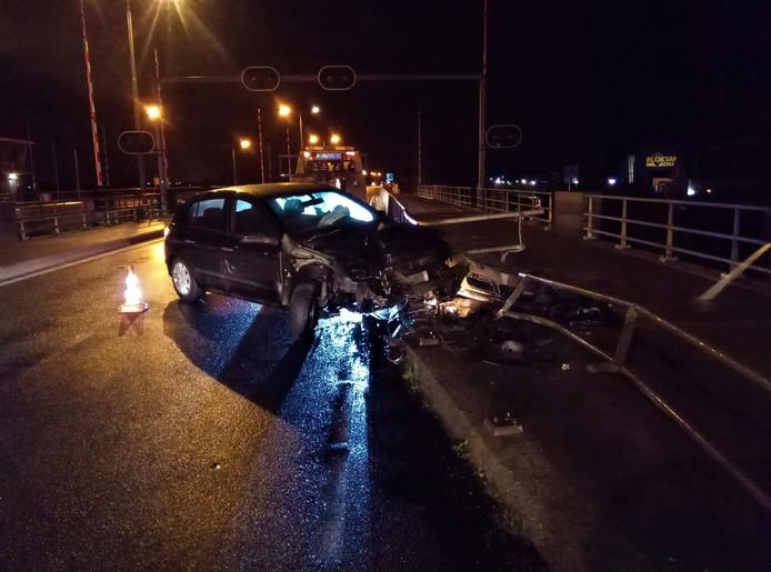 Zowel de auto als de brugleuning raakten zwaar beschadigd.