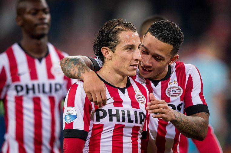 PSV-spelers Memphis Depay (rechts) en Andrés Guardado vieren de zege op ADO Den Haag. Beeld anp