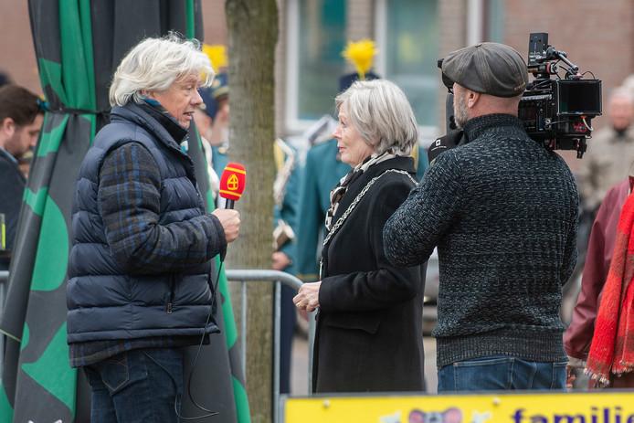 Waarnemend burgemeester Van Wingerden mocht in de eerste aflevering van het Sinterklaasjournaal uitleggen dat het kanaal best bevaarbaar is.