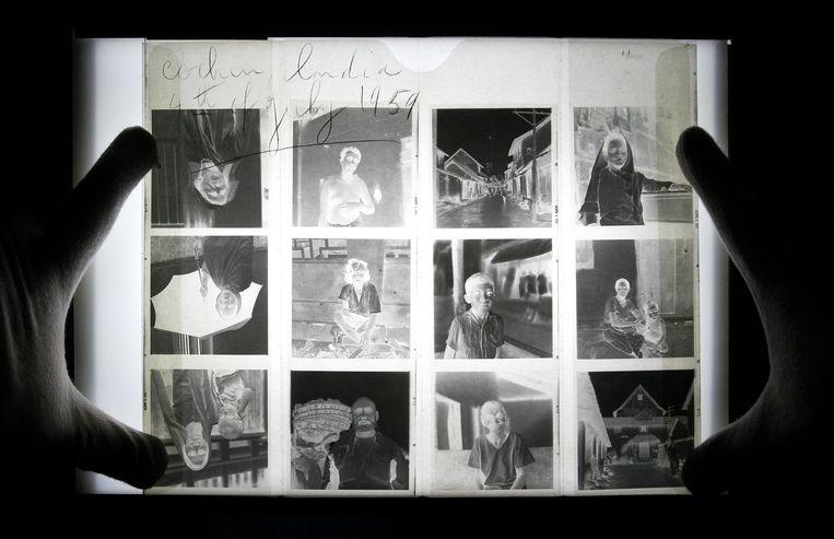 John Maloof toont negatieven van het werk van Vivian Maier.  Beeld AP