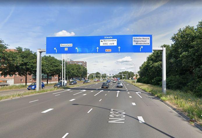 De strook voor afslaand verkeer naar hogeschool Windesheim is te kort.
