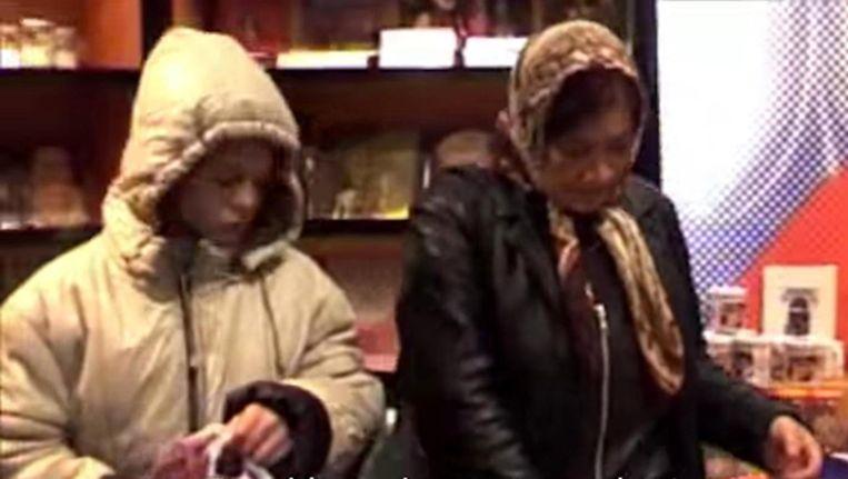 Een elfjarig Romameisje steelt in een winkel in de Amsterdamse binnenstad Beeld Frank Buis