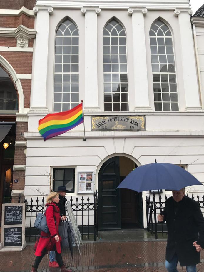 Bij de Luthersekerk wappert de regenboogvlag.