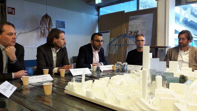 Presentatie van de plannen van Being Development/OMA Architecten voor VDMA aan de Vestdijk in Eindhoven, een van de plannen in de pijplijn. Met vlnr David Gianotten (OMA), Bas van Dam (Being), wethouder Yasin Torunoglu en de leden van het buurtcomité Cees Dekkers en Piet-Hein Govers.