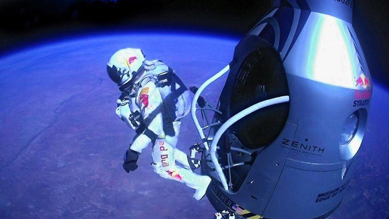 Felix Baumgartner maakte een vrije val van 39 kilometer riching de aarde. Beeld afp